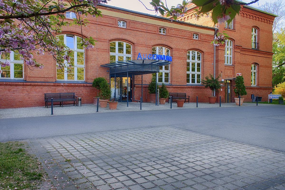 Haupteingang mit Kurzzeitparkplatz